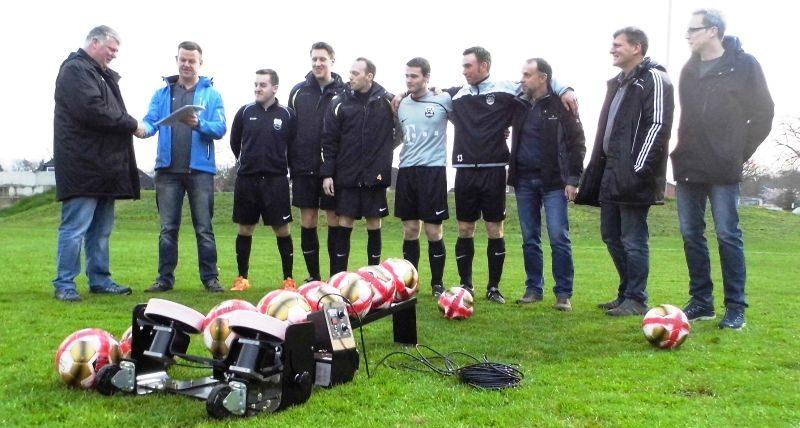 Sportfreunde Ocholt übergeben Ballschussmaschine an die Fußballabteilung vom TuS Ocholt